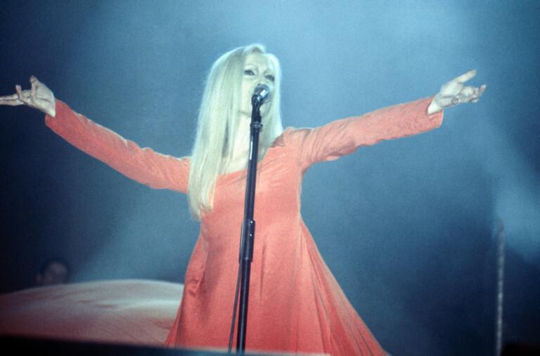 Patty Pravo sul palco durante un'esibizione.