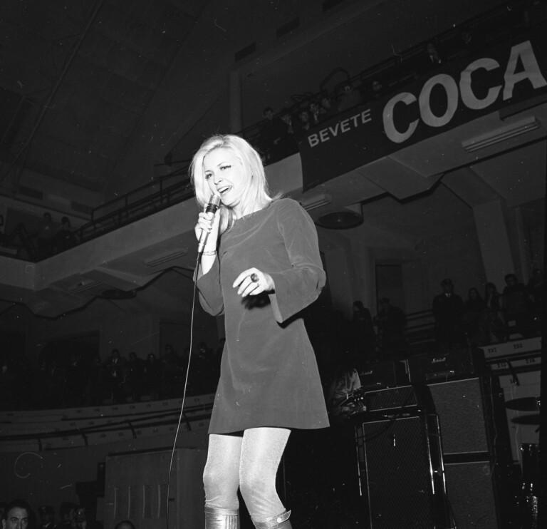 Patty Pravo canta una canzone sul palco del Palalido