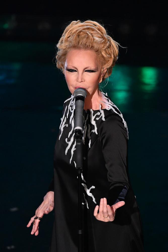 Patty Pravo canta nella serata finale di Sanremo