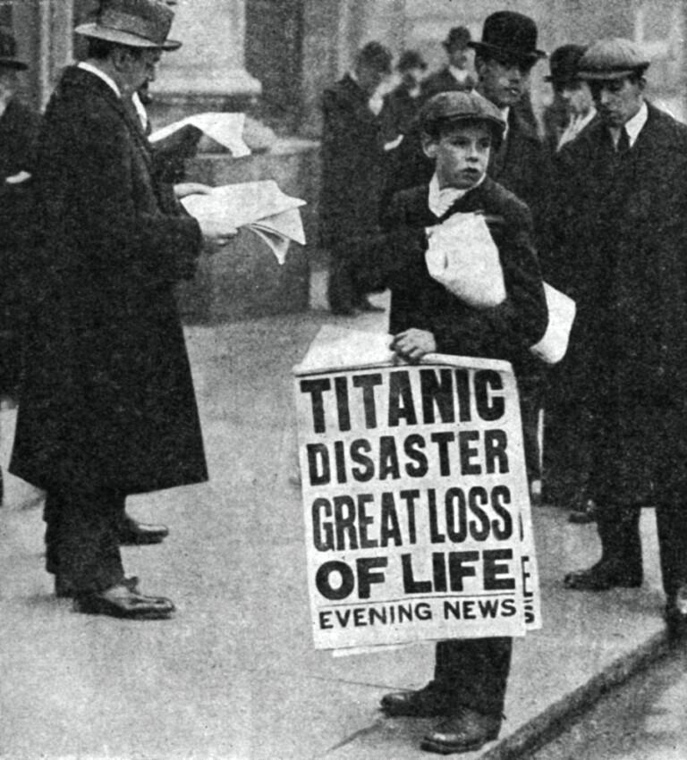 New York 14 aprile 1912 - Il ragazzo dei giornali comunica notizia del disastro del Titanic.