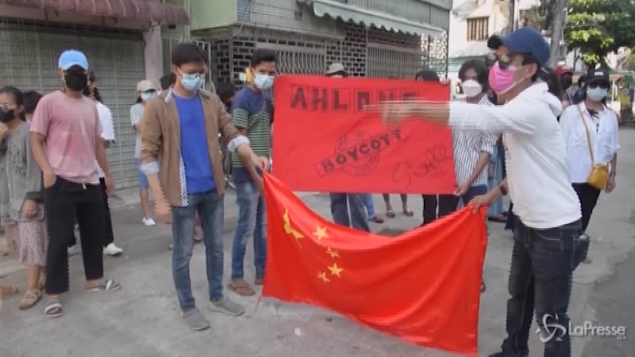 anti-golpe bruciano bandiere cinesi