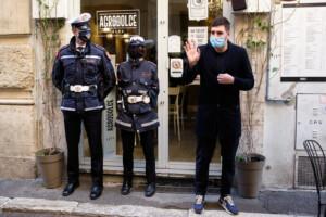 il ristorante Agrodolce apre in protesta
