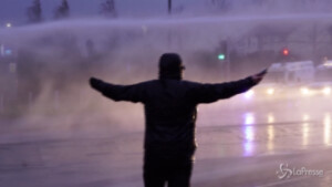 Polizia usa gli idranti contro i manifestanti