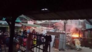 Forze di sicurezza sparano sulla folla