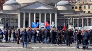 assemblea degli operai in piazza Plebiscito
