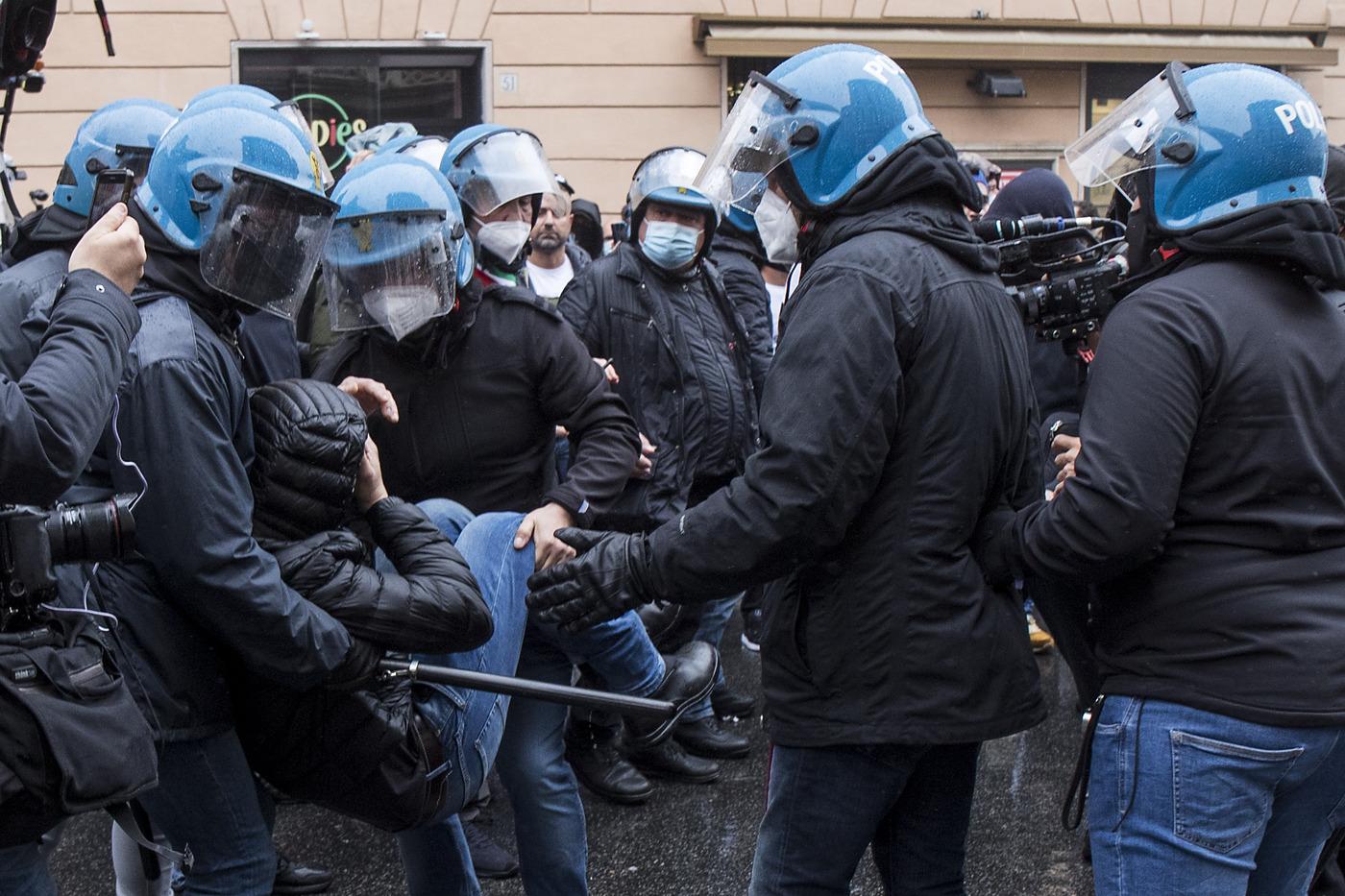 Roma, tafferugli durante la manifestazione dei ristoratori
