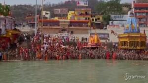 bagno nel Gange per i devoti indù