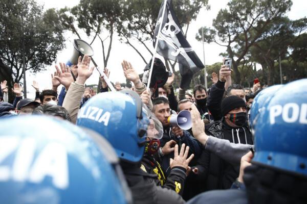 Covid, ancora proteste a Roma e autostrada bloccata. Ristoratori: Vogliamo riaprire