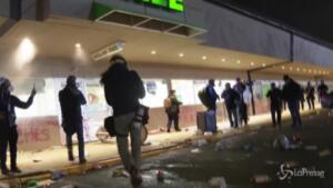 guerriglia urbana nella notte dopo uccisione afroamericano