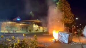 fuoco e barricate in città