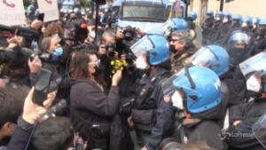 manifestante dona fiori al poliziotto
