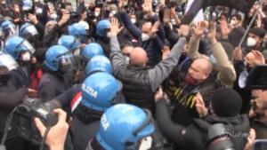 manifestanti cercano di muoversi in corteo, bloccati dalla polizia