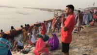 induisti sul Gange per celebrare il Chaitra Navratri