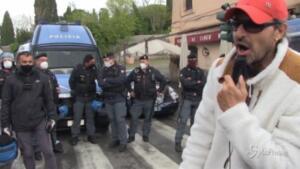 Metroman porta un sorriso tra manifestanti e polizia