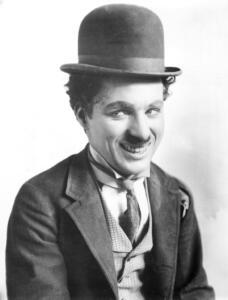 """Charlie Chaplin in una scena del film """"Una notte fuori"""""""