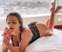La vegana Mercedes Henger in body di pizzo nero trasparente