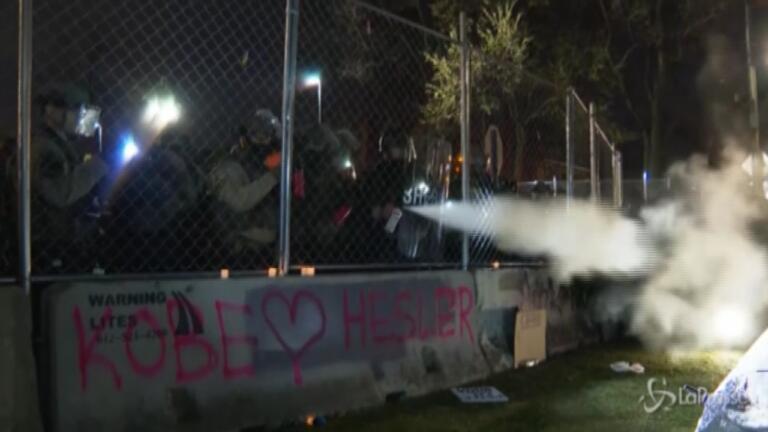 Polizia usa spray urticante contro i manifestanti
