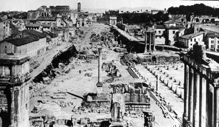Veduta dei Fori Imperiali con sullo sfondo il Colosseo