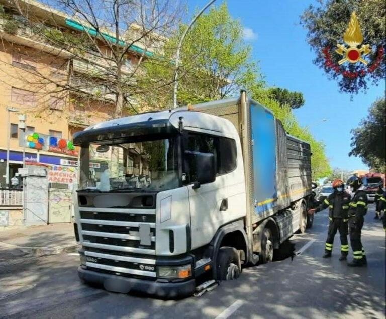 Roma, voragine in strada per cedimento: sprofonda un camion