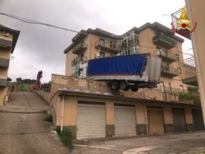Autocarro in bilico sui tetti a Caccamo