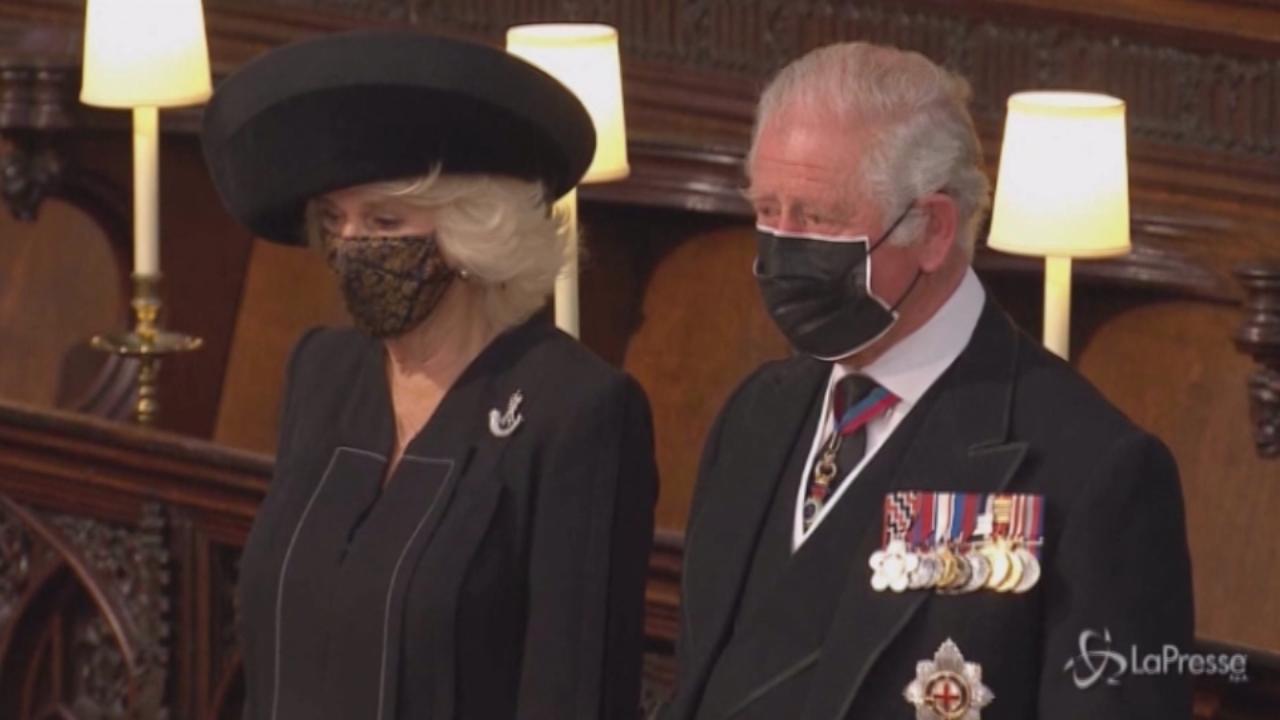 la commozione di Carlo. La Regina seduta da sola
