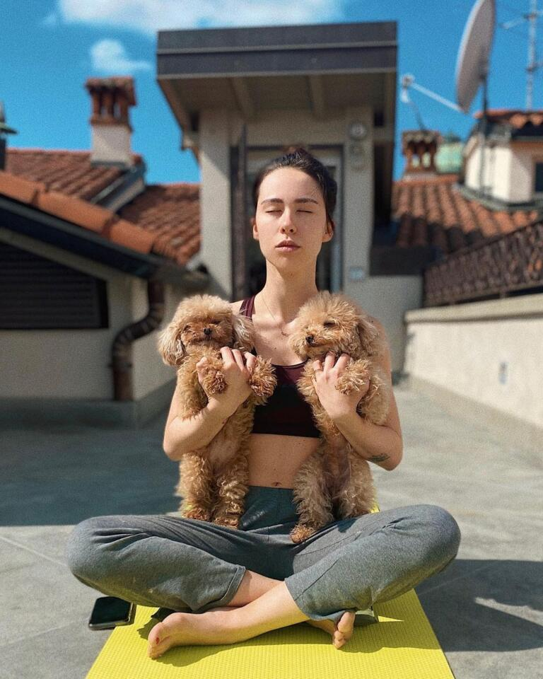 Aurora Ramazzotti con Lilly e Leone. Foto da Instagram