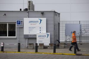 Coronavirus, dopo sospensione Johnson & Johnson ritardo fornitura in Europa