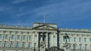 bandiere issate a Buckingham Palace