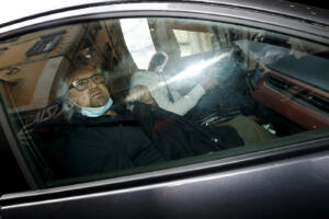 Beppe Grillo arriva a bordo di un auto