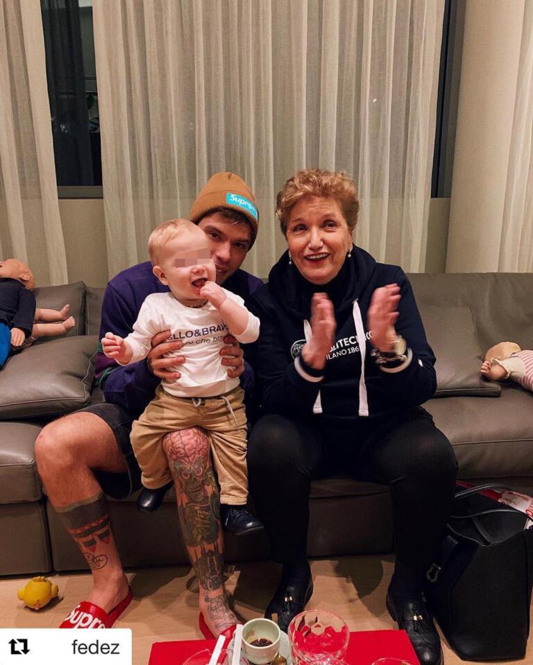 Mara Maionchi a casa di Fedez con il piccolo Leone
