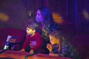 Londra, il principe William e Kate portano George, Charlotte e Louis a teatro