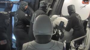 Space X, l'ingresso degli astronauti nel Crew Dragon 2