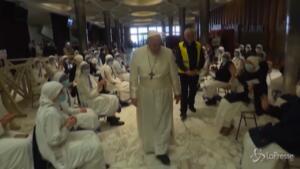 il Papa visita i senzatetto prima del vaccino