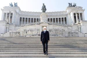 25 Aprile 2020, Sergio Mattarella depone una corona d'alloro sulla Tomba del Milite Ignoto