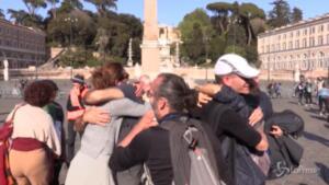 No Vax in piazza: le immagini shock tra baci e abbracci