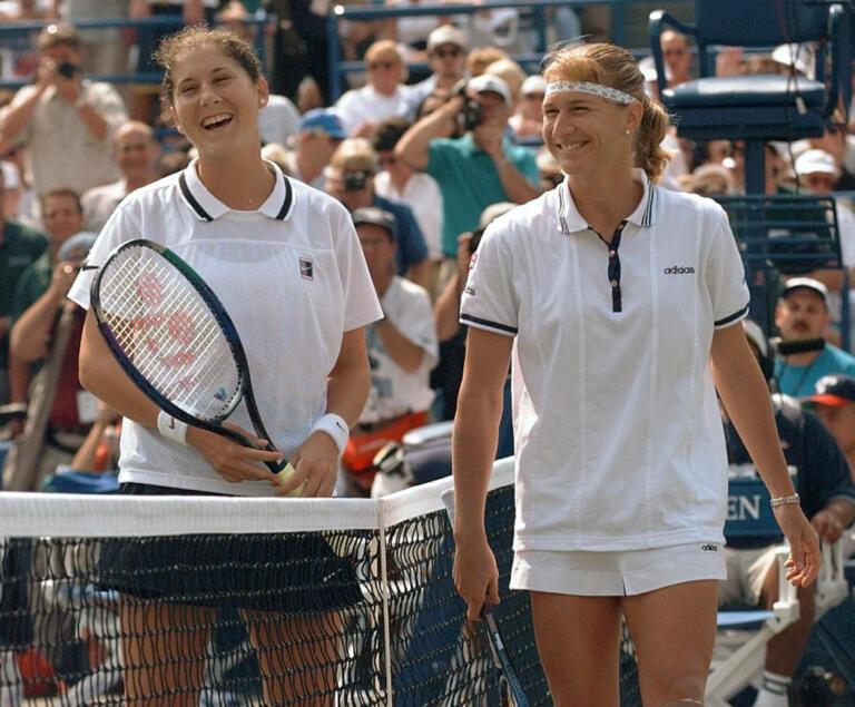 Steffi Graf e Monica Seles sorridono prima della sfida.