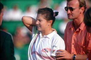la tennista Monica Seles è pugnalata alla schiena