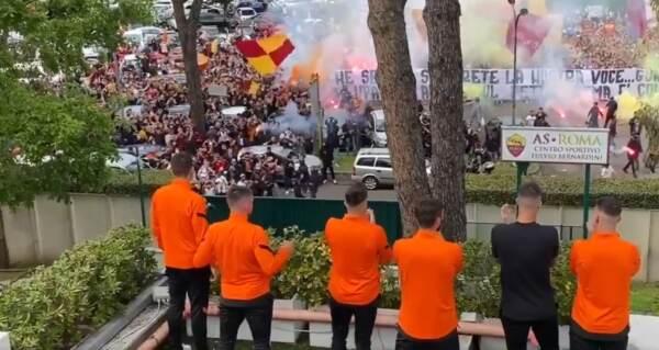 Europa League, i tifosi della Roma caricano la squadra prima della partenza per Manchester