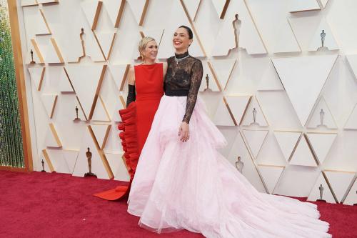 Kristen Wiig e Gal Gadot arrivano sul red carpet della 92esima edizione degli Oscar.