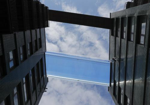 Piscina di Londra che collega due grattacieli. Skypool