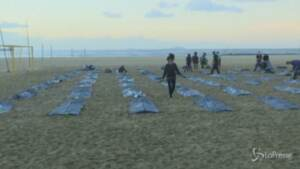 sacche per cadaveri sulla spiaggia di Copacabana in ricordo delle vittime