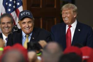Trump difende Rudy Giuliani dopo le perquisizioni dell'Fbi