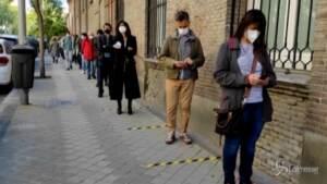 Elezioni a Madrid: code con distanziamento ai seggi