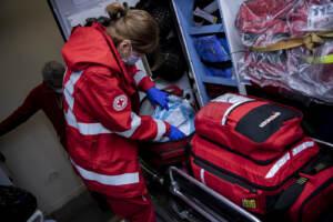 Coronavirus: il lavoro degli operatori della Croce Rossa in ambulanza