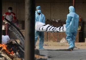 Continuano le cremazioni delle vittime covid nelle strade di New Dehli