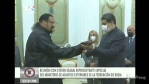 Steven Seagal regala una spada di samurai a Maduro