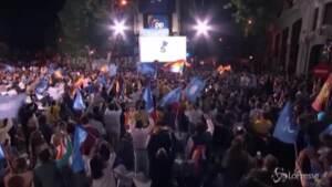 Madrid trionfa il PP di Ayuso, la festa in piazza del partito