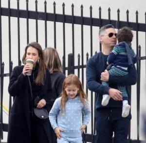 Jessica Alba fa shopping natalizio con la famiglia a West Hollywood