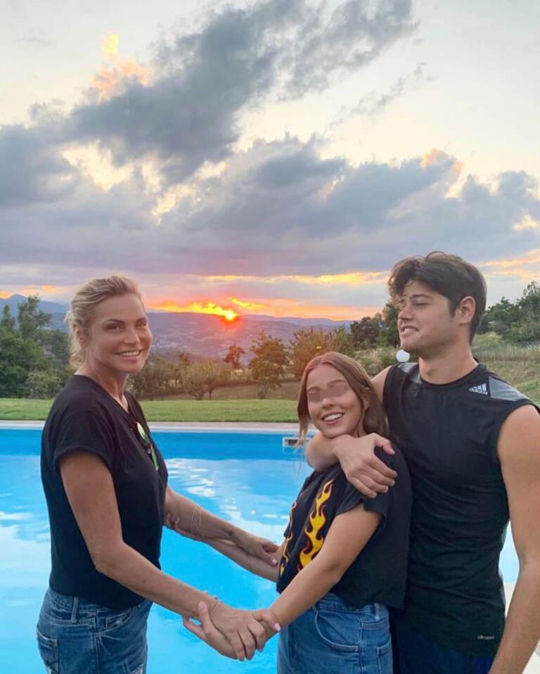 Simona Ventura con i figli Caterina e Giacomo