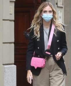 Chiara Ferragni incinta esce da un ristorante con un amico